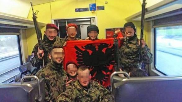 Pose mit der albanischen Fahne ist naiv, sie wird jedoch unnötigerweise dramatisiert - Albinfo