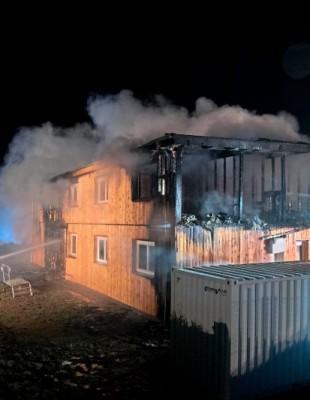 ABD0011_20160601 - ALTENFELDEN - ÖSTERREICH: ZU APA0018 VOM 1.6.2016 - Im oberösterreichischen Ort Altenfelden unweit von Linz ist in der Nacht auf Mittwoch, 1. Juni 2016, ein neugebautes Flüchtlingsheim abgebrannt. Die Unterkunft war noch unbewohnt und es gab keine Opfer. Im Bild: Feuerwehrleute bei der Brandbekämpfung. - FOTO: APA/FOTOKERSCHI.AT