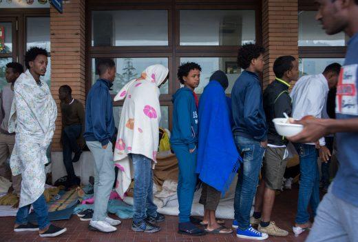 Fluechtlinge erhalten eine Mahlzeit von Freiwilligen der Tessiner Hilfsgruppe Associazione Firdaus, am Freitag, 5. August 2016, am Bahnhof in Como, Italien. Derzeit befinden sich in Como viele Fluechtlinge, welche auf eine Weiterreise in die Schweiz warten. (KEYSTONE/TI-PRESS/Francesca Agosta)