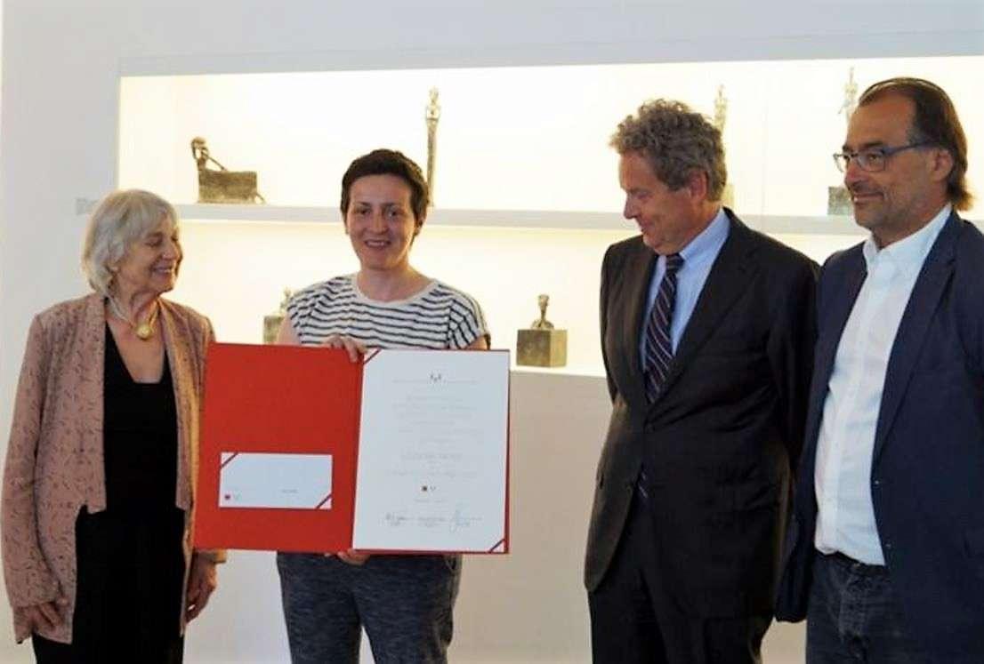 Leunora Salihut i dorëzohet çmimi  Lothar Fischer