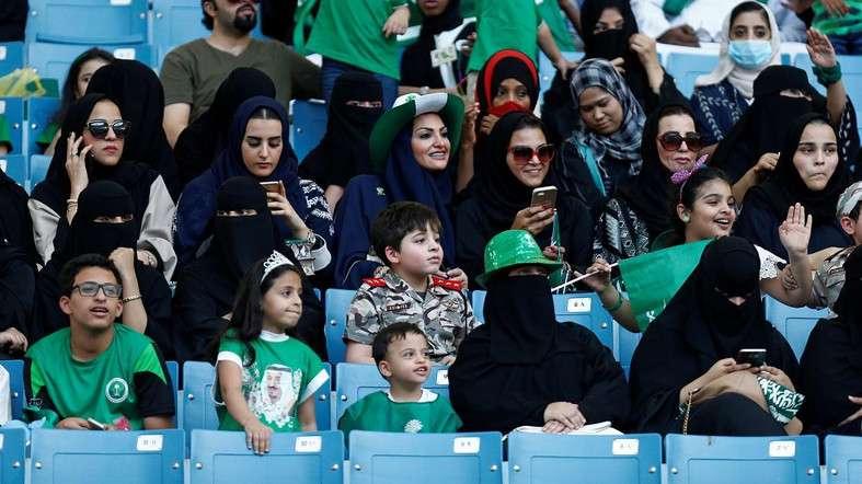 Gratë në Arabinë Saudite  së shpejti do të lejohen të dalin pa mbulesë