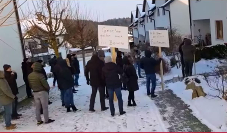 U mbyllet bastorja  Shqiptarët demonstrojnë para shtëpive të zyrtarëve komunalë