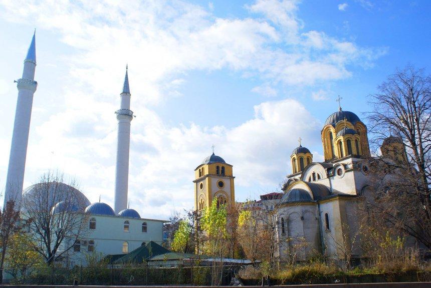 Hapen xhamitë dhe kishat në Kosovë