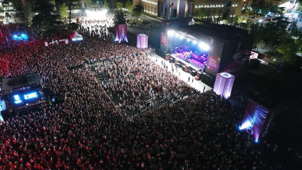 Ermal Meta i falënderon të gjithë pas koncertit në Tiranë - Albinfo