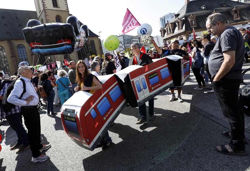 Protesta për një transport ekologjik në Panairin e Automjeteve në Frankfurt