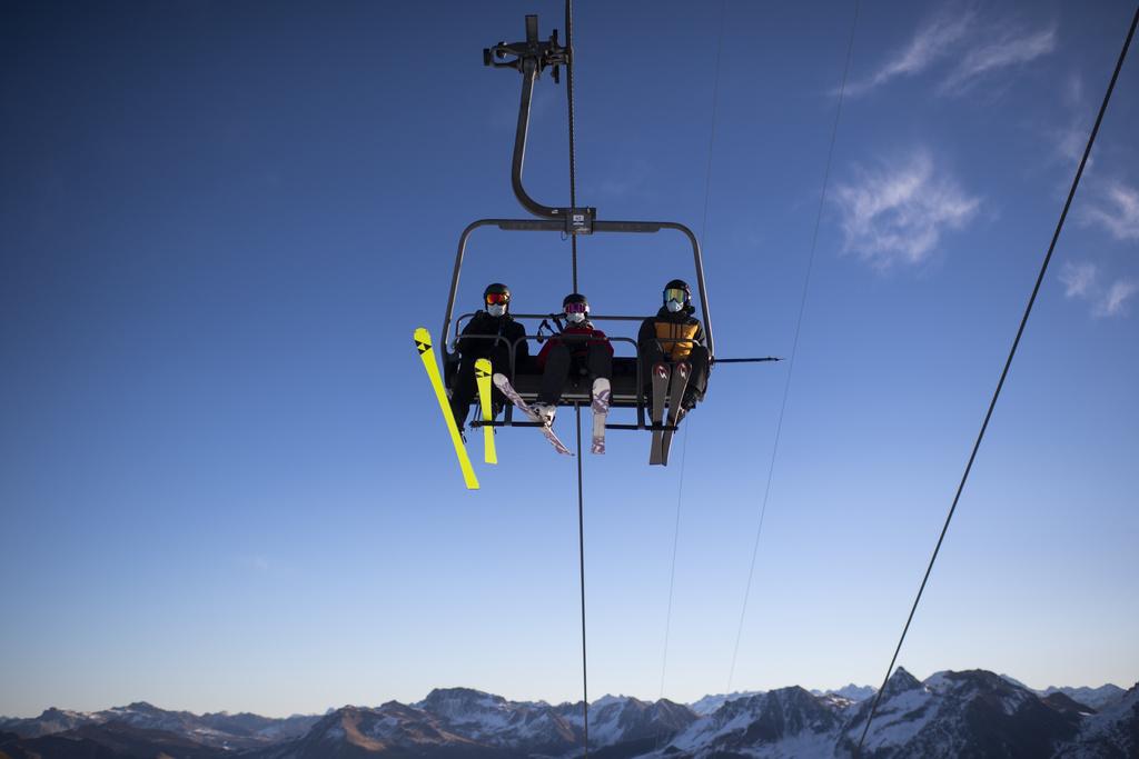 Macron kërcënon me masa drastike francezët që shkojnë në Zvicër për ski
