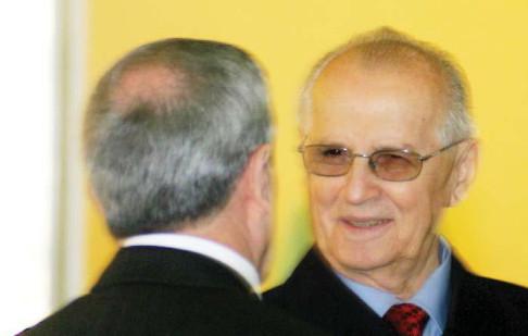 Ka vdekur, ish-presidenti i Shqipërisë, Ramiz Alia, ndërsa ndodhej i shtruar në sanatoriumin e Tiranës për shkak të komplikacioneve në mushkëri. - Ramizalia
