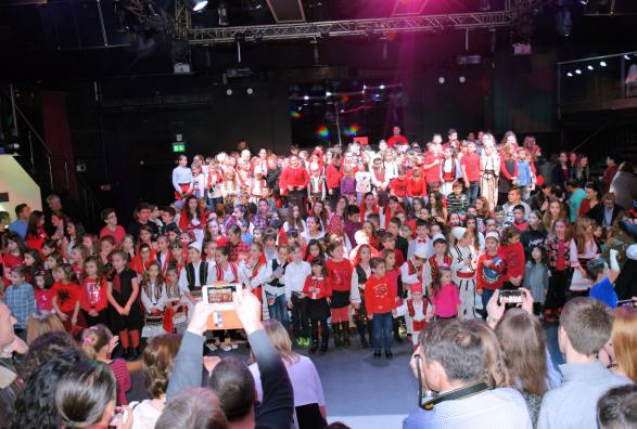 Nxënësit e shkollës shqipe festuan Ditën e Flamurit - Albinfo